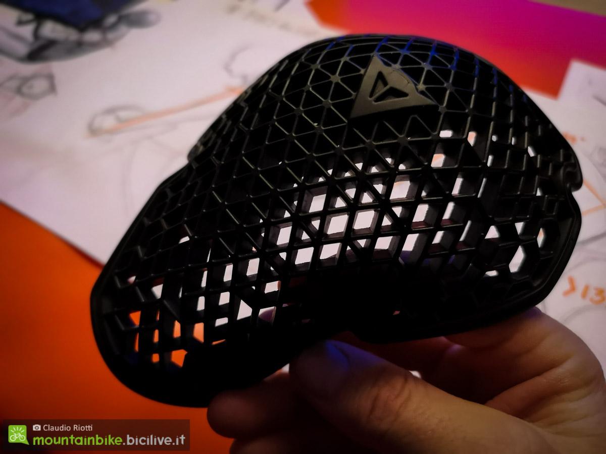 La particolare struttura del guscio protettivo di una ginocchiera moderna, leggera, traspirante ma efficace nel dissipare l'impatto.