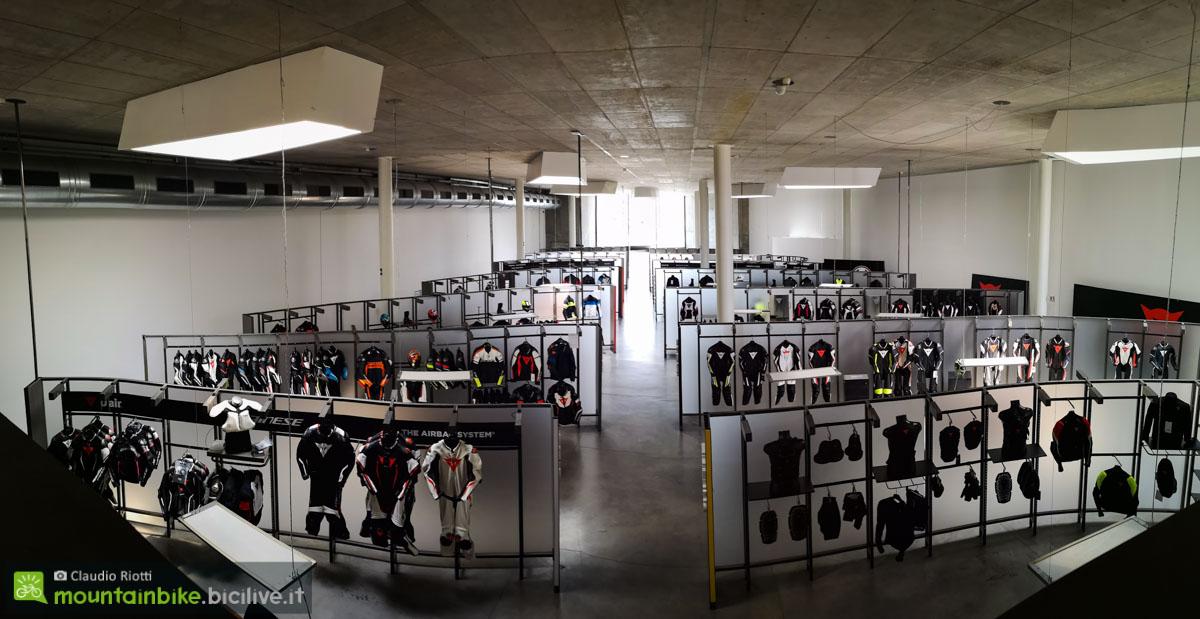 foto del grande showroom dei prodotti da moto Dainese.