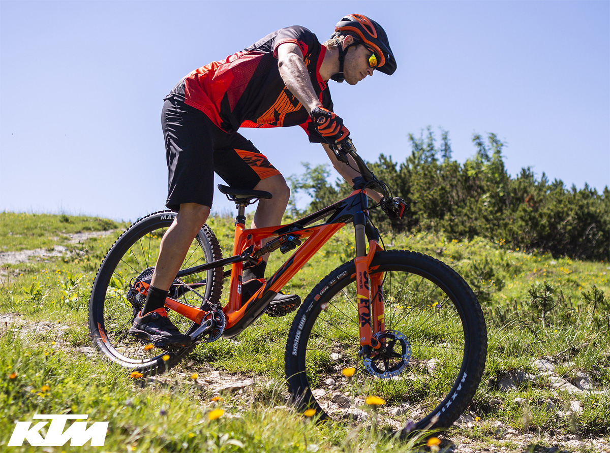 La mountain bike biammortizzata KTM Prowler Sonic 2020 in azione in montagna