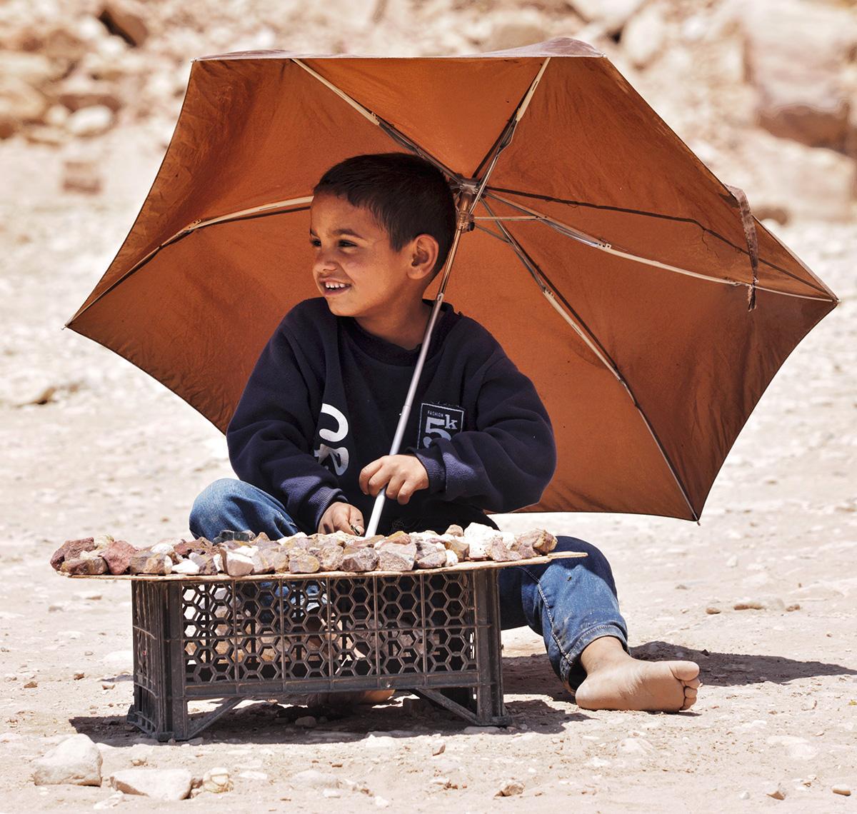 Bambino venditore di pietre a Petra