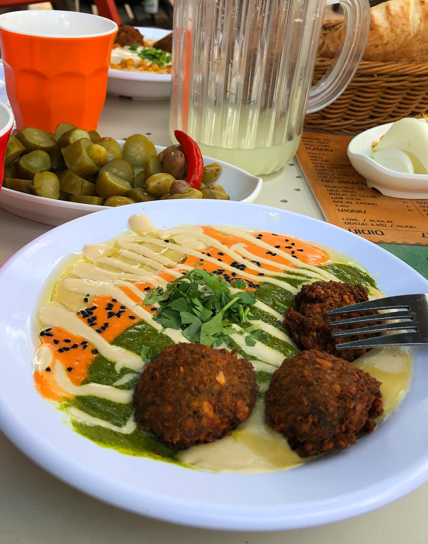 Cena in un locale sulla jaffa road con piatto tipico del territorio israeliano