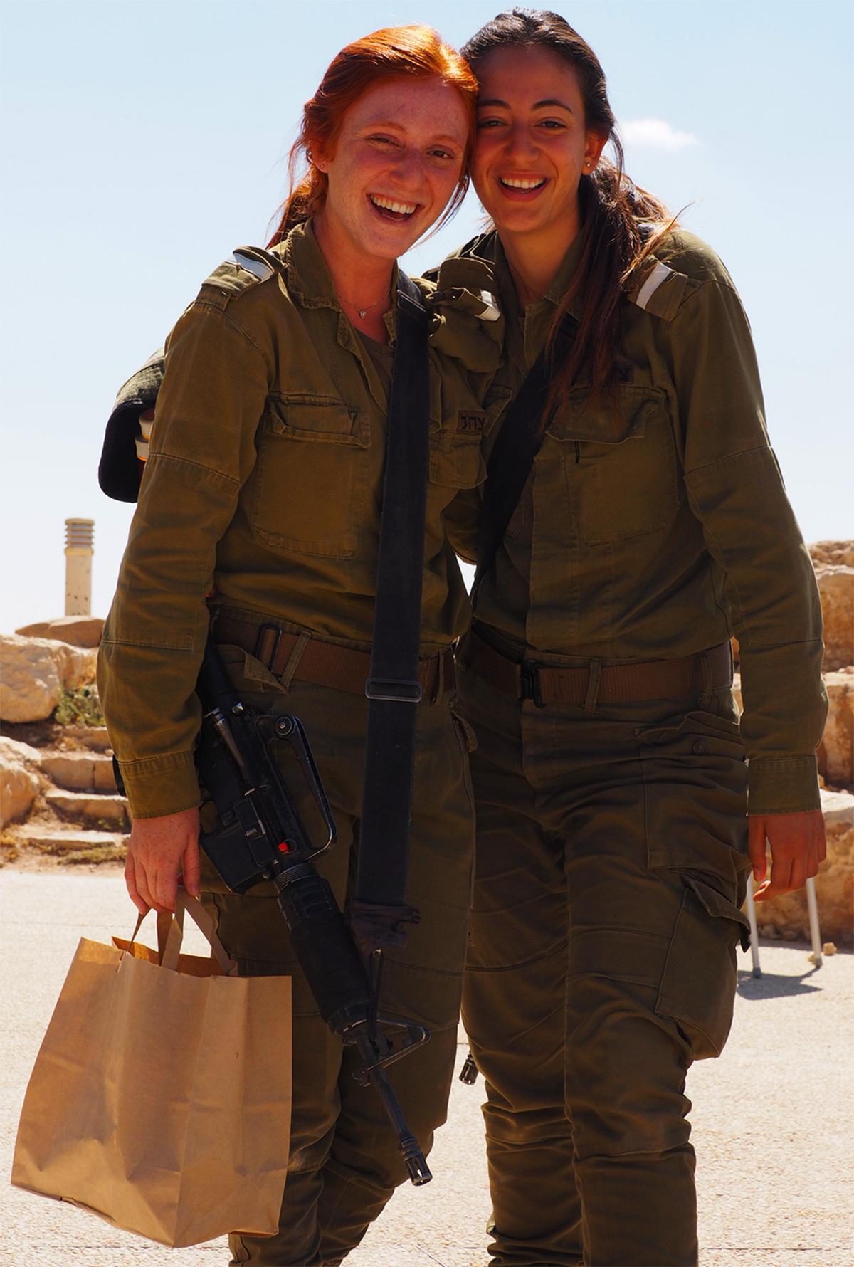 Militari dell'esercito che si fanno fotografare