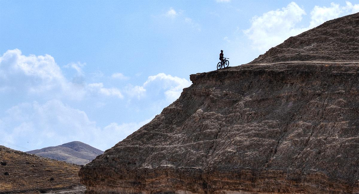 Guida Moar in mountain bike percorsi singletrack nel deserto a strapiombo