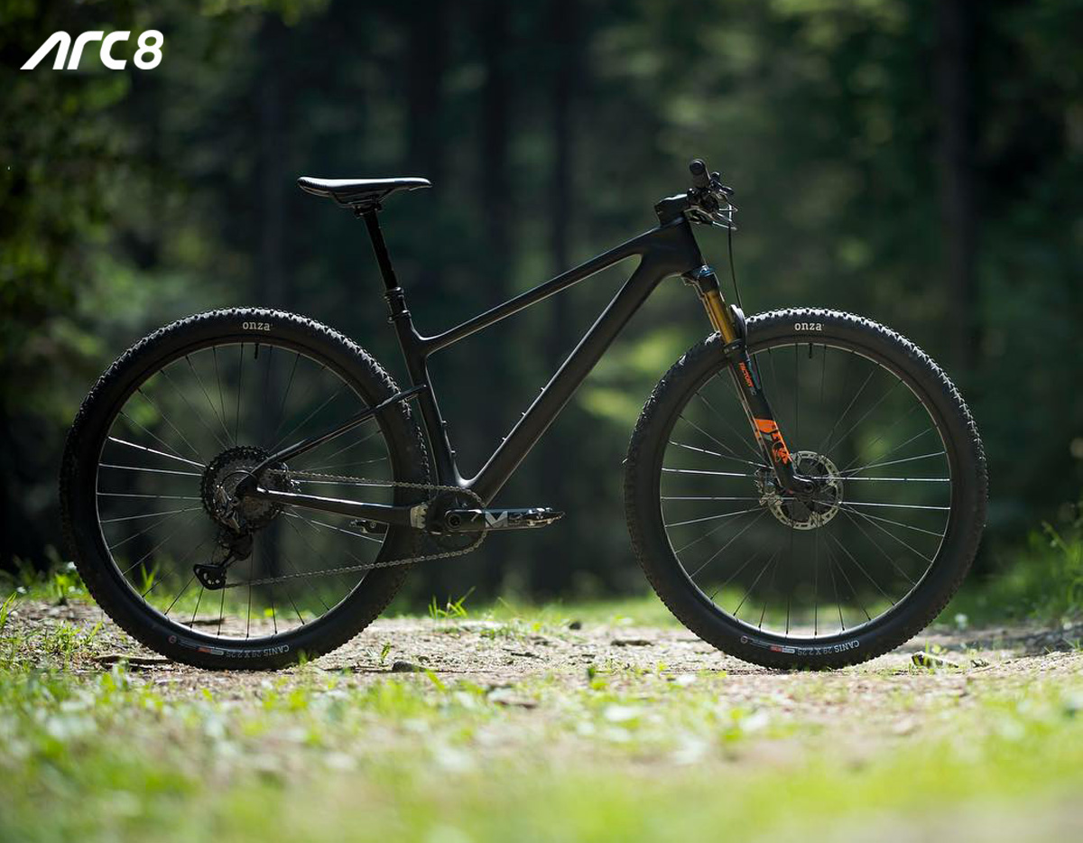 Una mountain bike ARC8 Evolve 2020 in azione