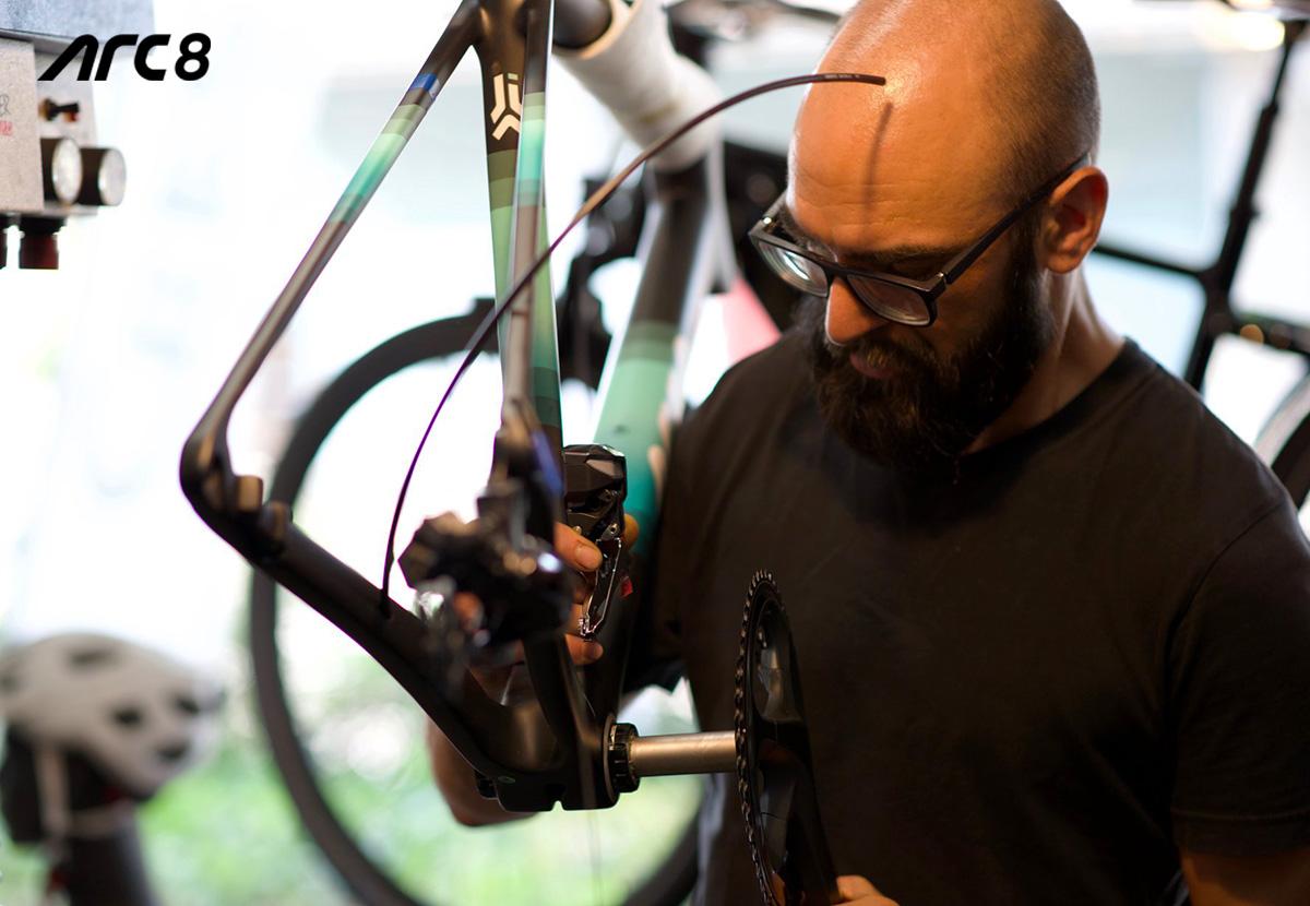 Azienda ARC8 operaio che monta una bicicletta