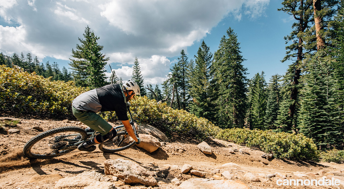Rider su un trail in sella a una mtb Cannondale