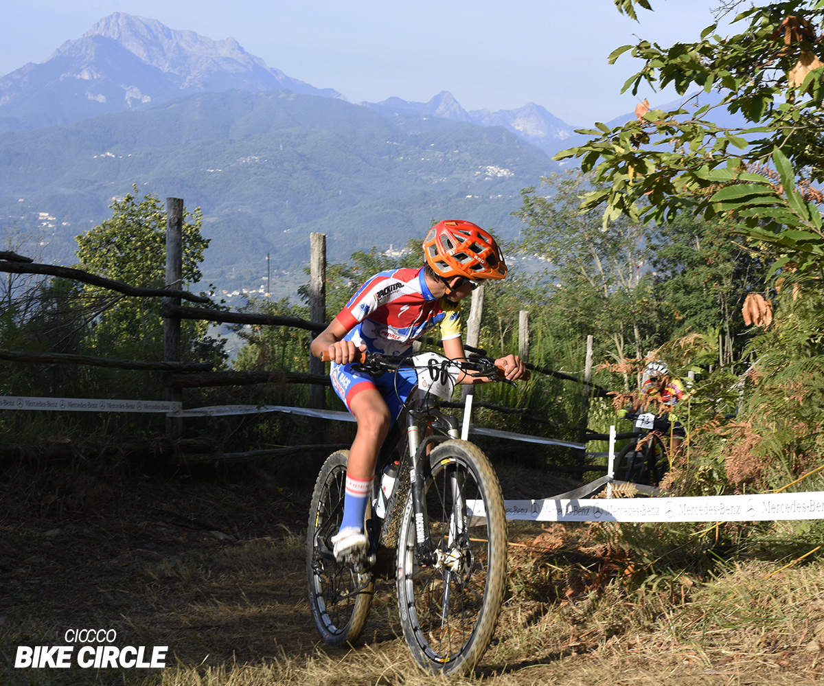 Un rider mtb impegnato in una gara di Cross Country al Ciocco