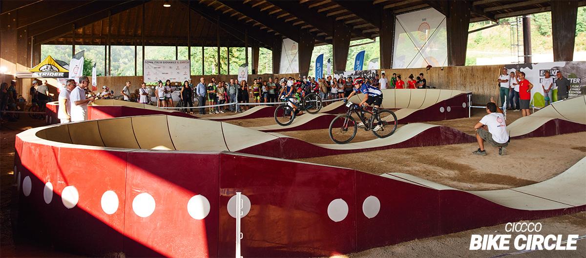 Rider mtb in una gara sulla pump track coperta de Il Ciocco