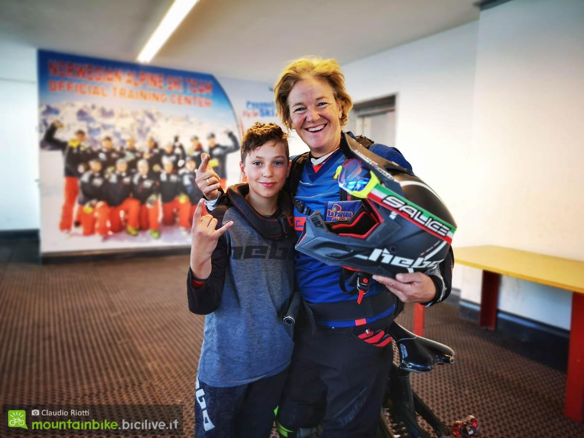 Giovanna Bonazzi oggi, sempre in sella ma con il figlio Eddy, incontrata in un bike park.