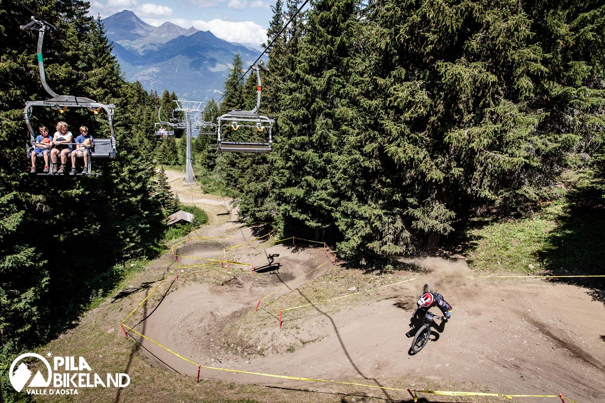 Un rider in sella a una mtb su una pista al Pila Bikeland