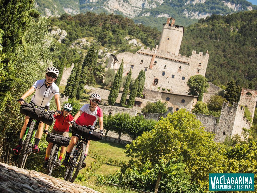 Ciclisti nei pressi di un castello in Vallagarina