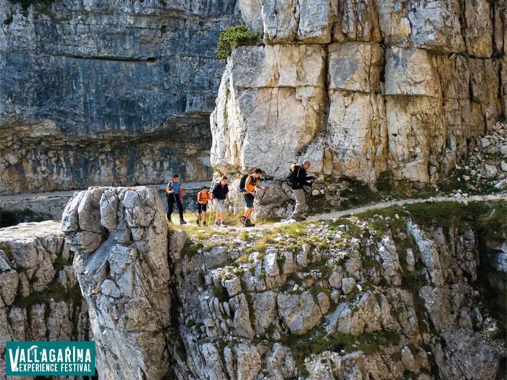 escursionisti su un sentiero di montagna in Vallagarina