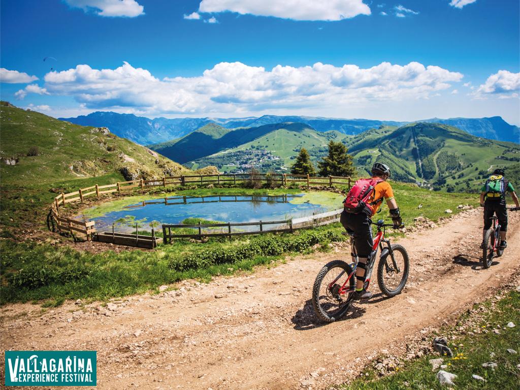 Rider mtb pedalano in Vallagarina