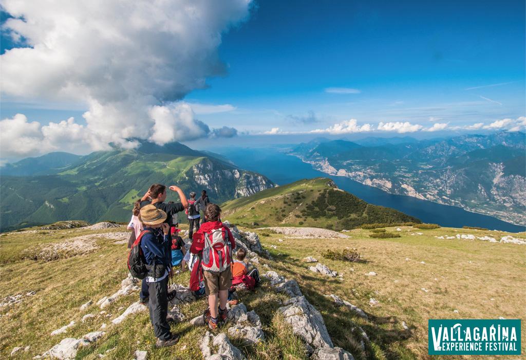 Turisti fanno trekking sui monti della Vallagarina