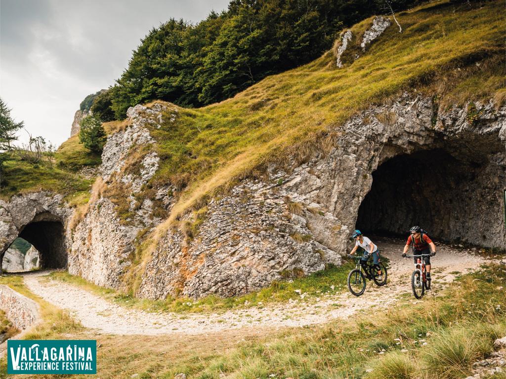 Ciclisti in sella a mtb sui percorsi montani della Vallagarina