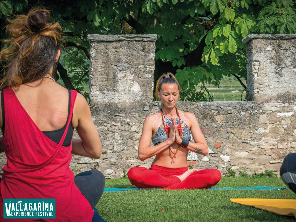 Appassionati di yoga fanno lezione in Vallagarina
