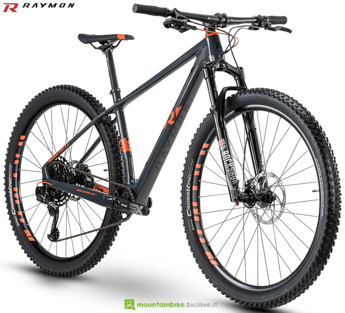 Una bici mtb R Raymon Hardray Nine 8.0 Carbon 2020
