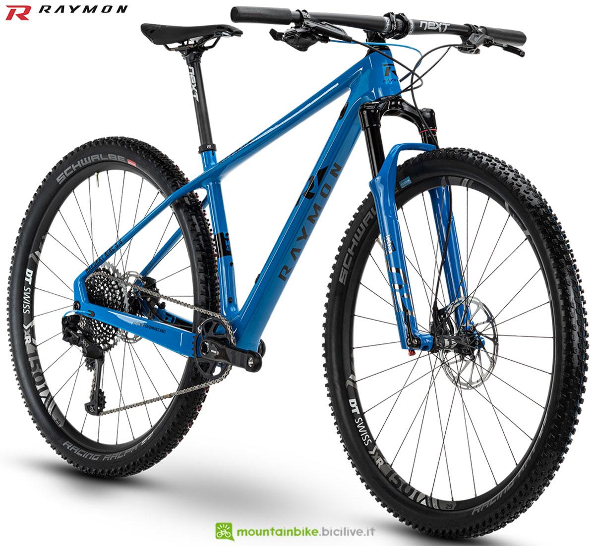 Una bici mtb R Raymon Hardray Nine 9.0 Carbon 2020