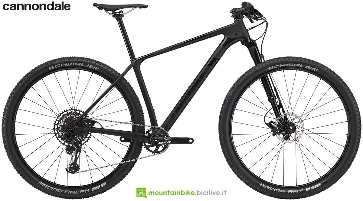Una bicicletta da cross country in carbonio Cannondale F-Si Carbon 3 anno 2020