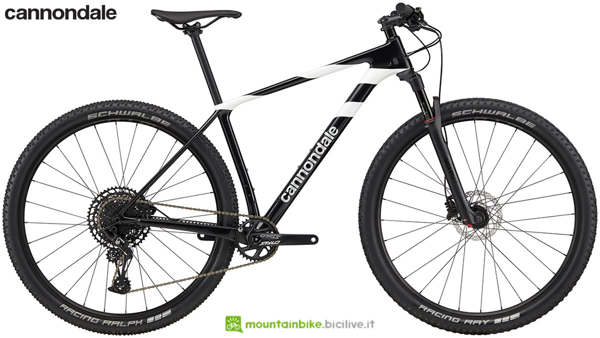 Una bicicletta hardtail in carbonio Cannondale F-Si Carbon 5