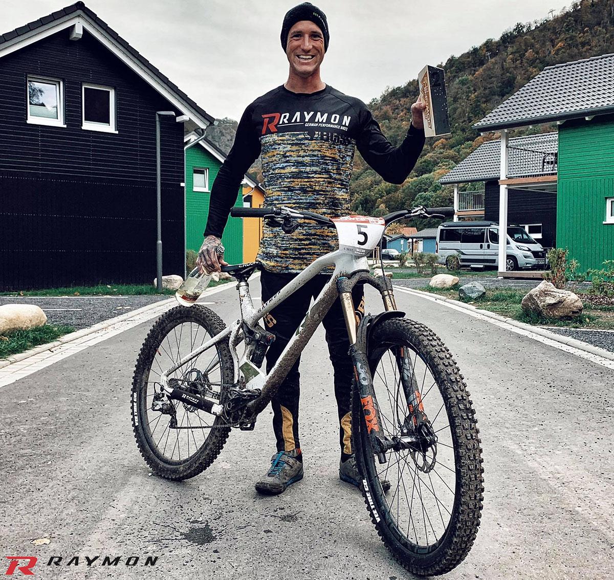 Il campione tedesco Johannes Fischbach con la bici mtb R Raymon FULLRAY 9.0 2020