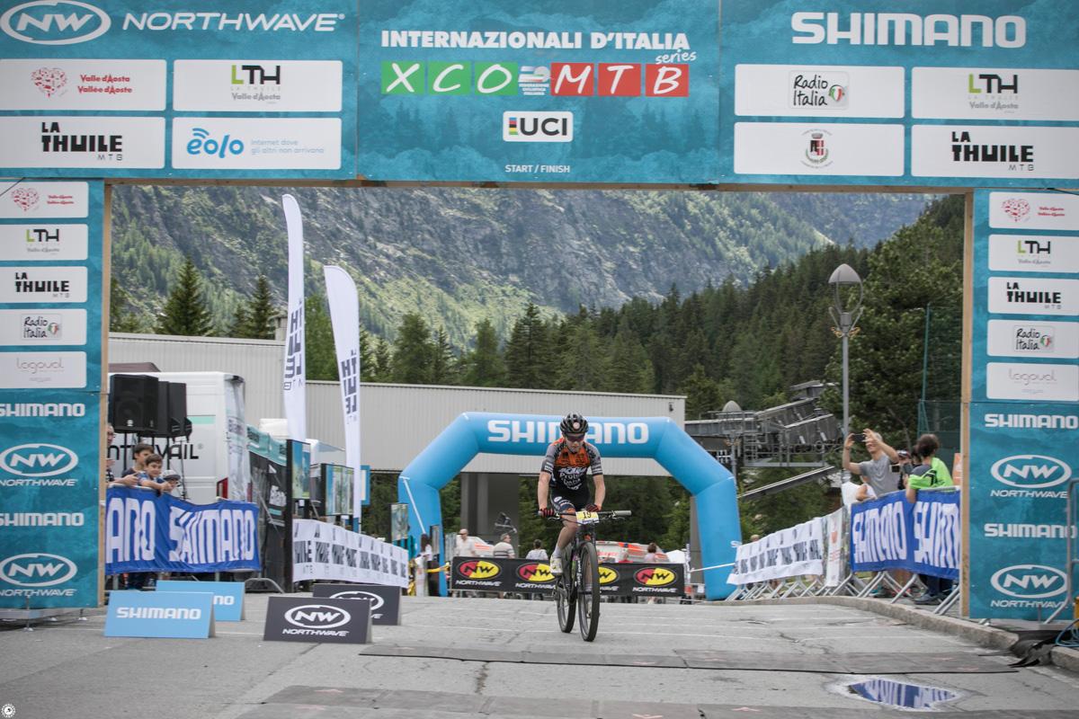 Il rider Emanuele Huez all'arrivo della gara degli Internazionali d'Italia 2019 a La Thuile
