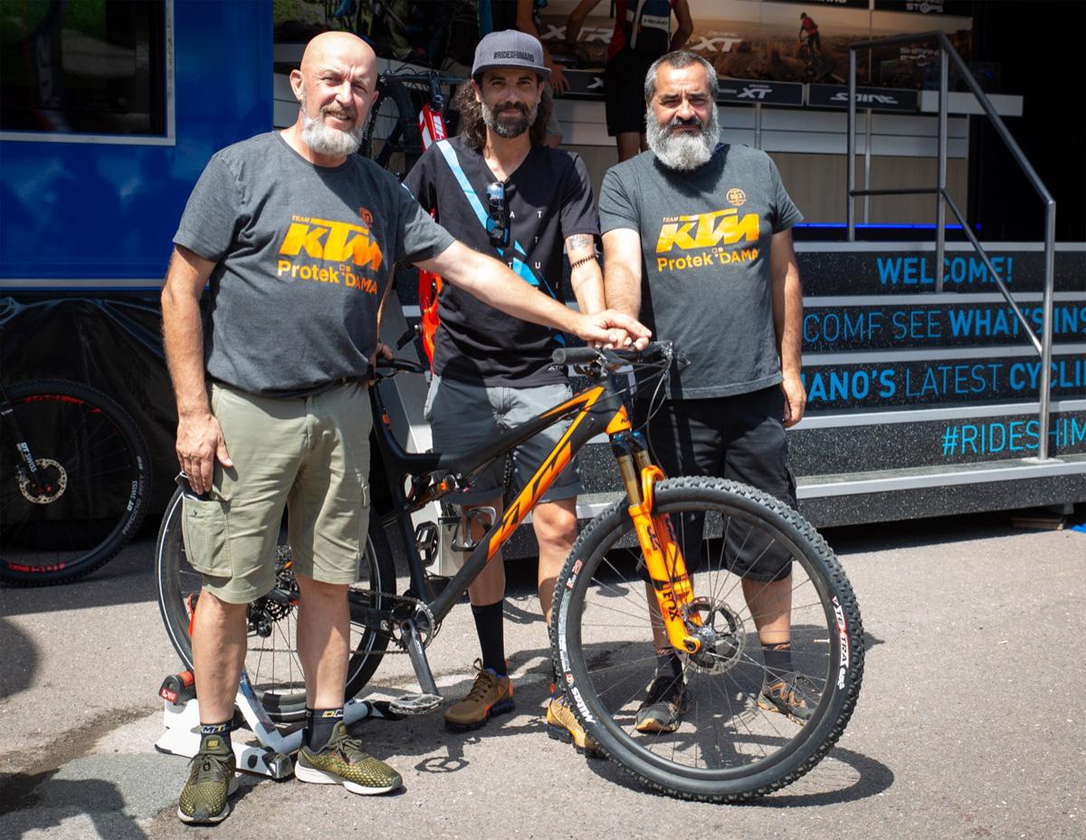 Responsabili Shimano Italia e Torrevilla Bike in posa con mtb KTM