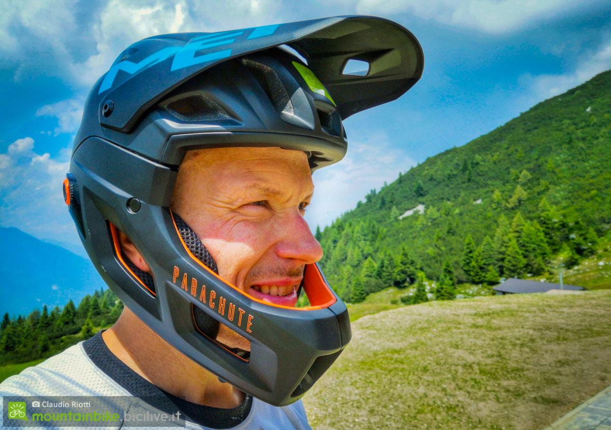 foto di claudio riotti con il casco met parachute mcr