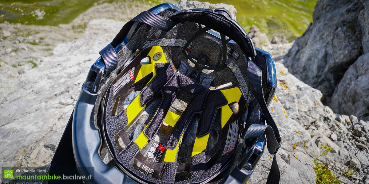 foto del sistema MIPS del casco met parachute mcr