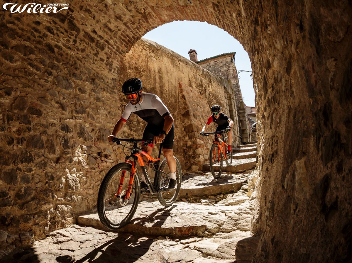 I ciclisti che pedale tra le vie del paese con la mtb bici Wilier Triestina 110FX 2020
