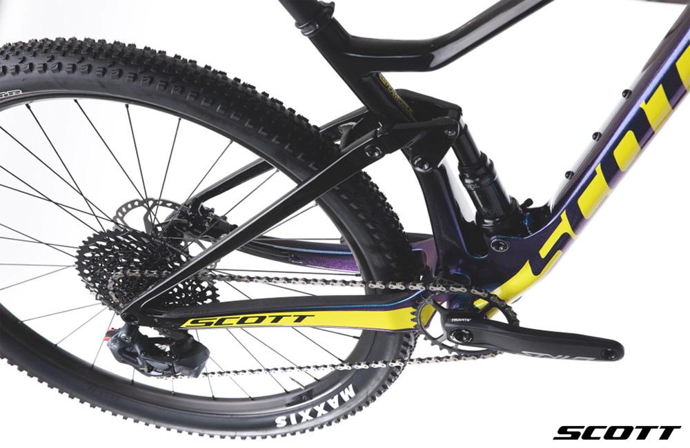 Dettaglio del posteriore: ruota, cambio e freno a disco della Mountain Bike SCOTT Spark RC 900
