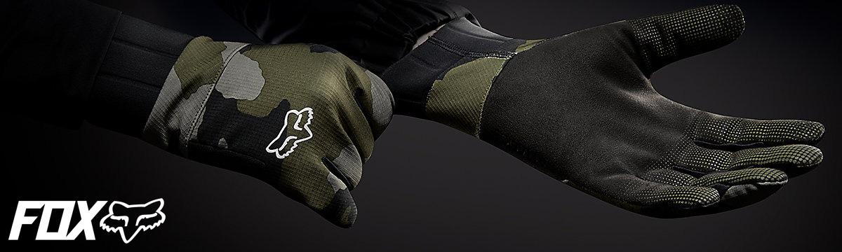 Un rider mtb indossa guanti tecnici di protezione Fox Racing