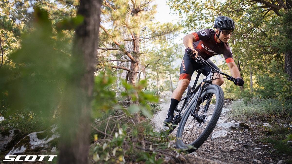 Un rider pedala nel bosco in sella a una mtb 2020 da Cross Country Scott