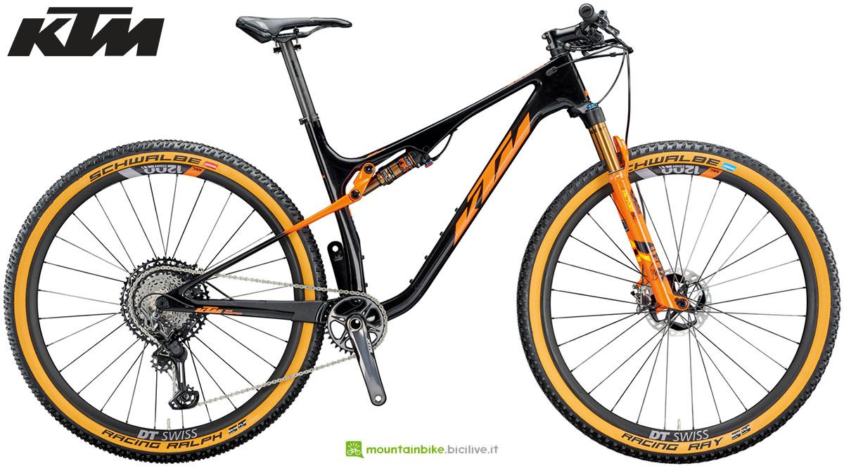 Una bicicletta full suspended KTM Scarp Sonic Carbon