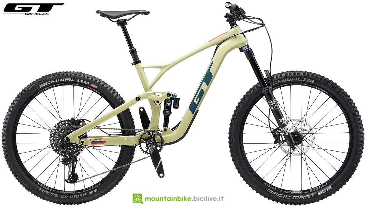Una bicicletta biammortizzata da offroad GT Force 27.5 Carbon Expert dal catalogo 2020