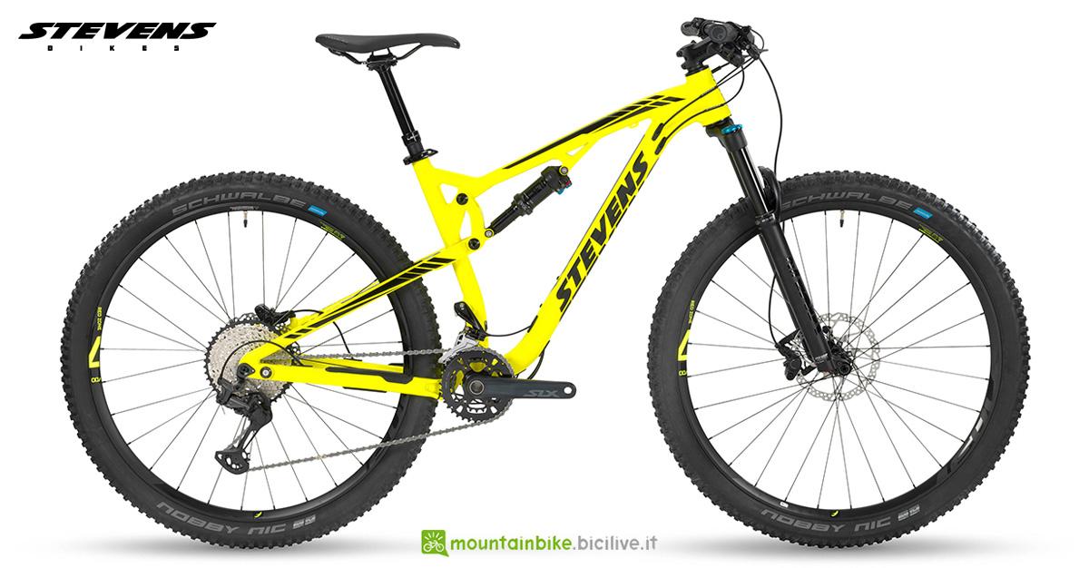 Una mountain bike biammortizzata Stevens Jura 2020
