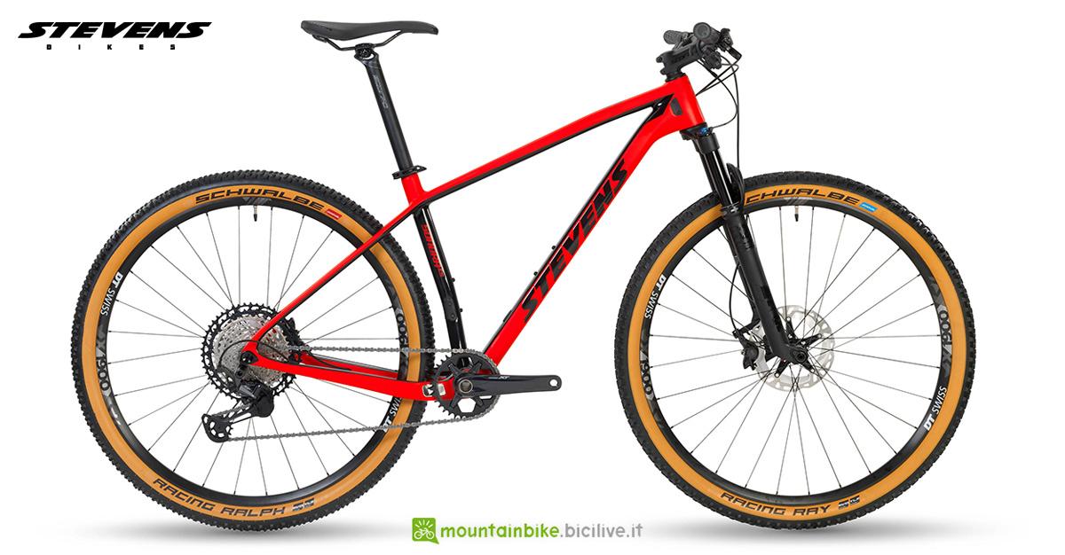 Una mountain bike front Stevens Sonora ES gamma 2020