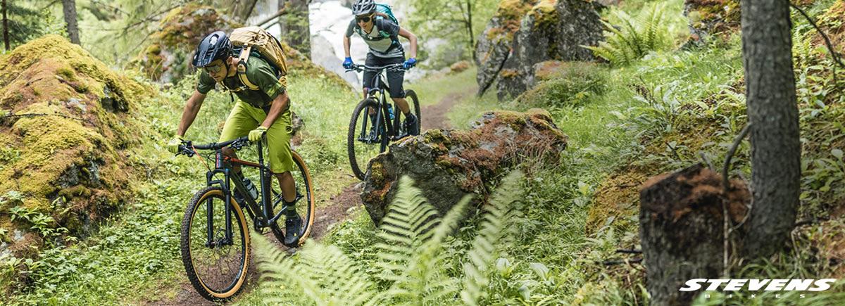 Ciclisti in sella a delle mountain bike Stevens Bikes 2020