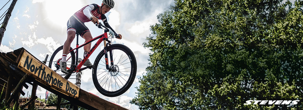 Ciclista in sella a una MTB Stevens Bikes 2020