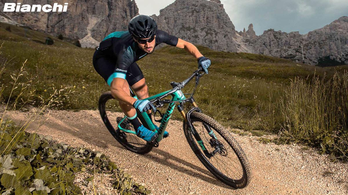 Il ciclista che pedala con la bici Bianchi 2020