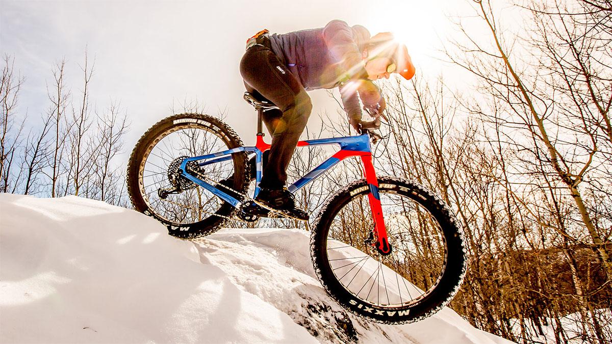 Un ciclista che pedala sulla neve con una fat bike