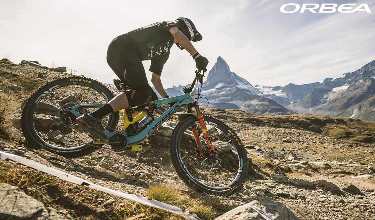 Il ciclista che pedala con bici Orbea Rallon 2020 in montagna