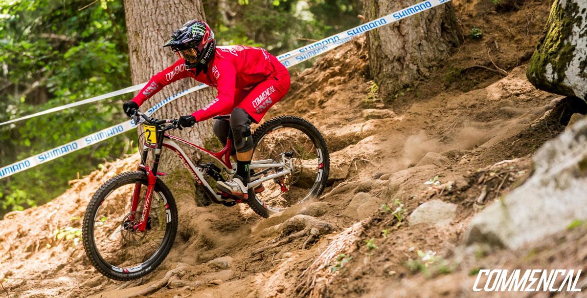 L'atleta Amaury Pierron del team Commencal in azione con la bici