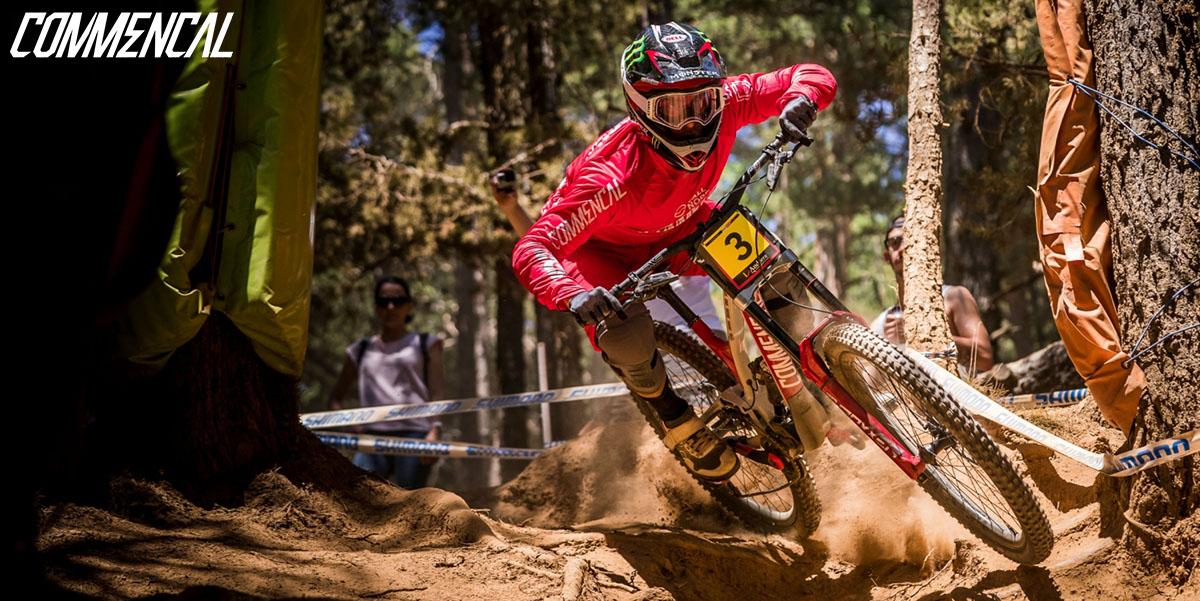 L'atleta Amaury Pierron in azione con la bici Commencal Supreme DH 2020