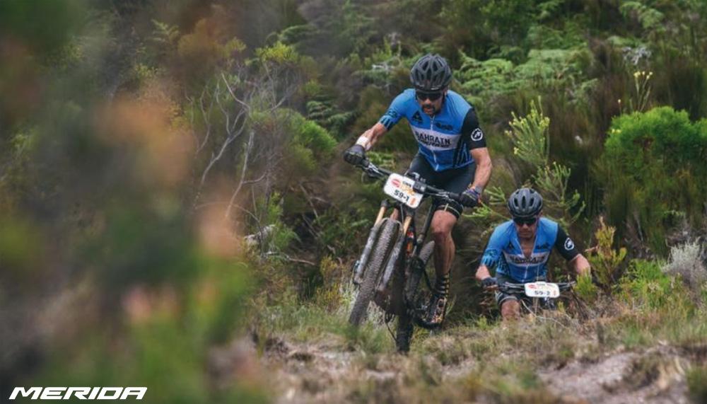 Rider nel bosco in sella a mountain bike Merida