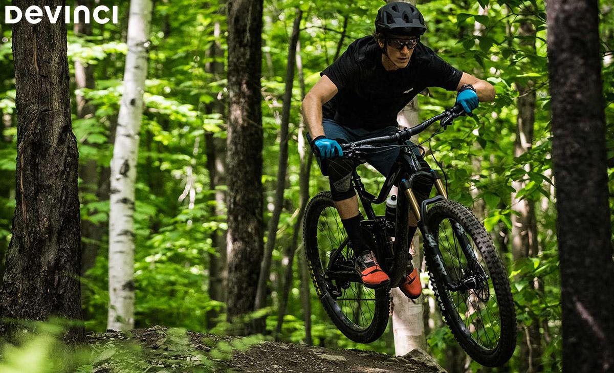 Un ciclista in azione con la mountainbike Devinci Django carbon 29 X01 2020
