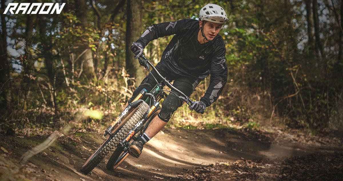Un atleta che pedala con la mtb Radon Slide Trail 10.0 2020