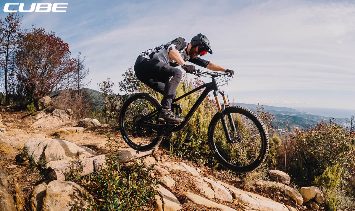 Un ciclista in azione con bici Cube Stereo 170 SL 29 2020