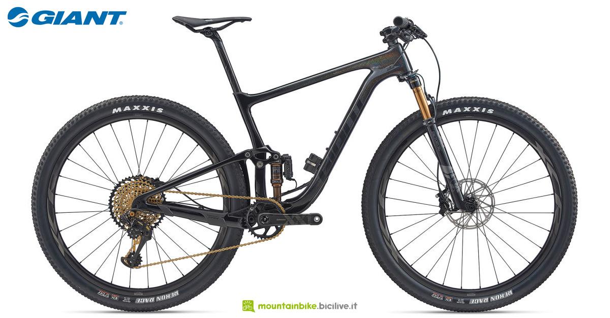Una mountain bike full suspended Giant Anthem Advanced Pro 29 0 Eagle