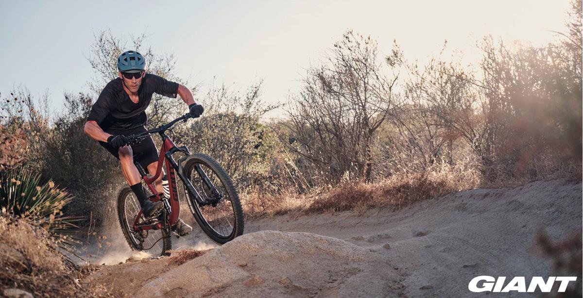 Un ciclista in sella a una mtb Giant Trance 2020